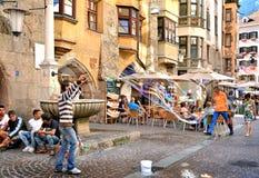 Fabricación de burbujas de jabón en la ciudad vieja de Innsbruck Foto de archivo libre de regalías