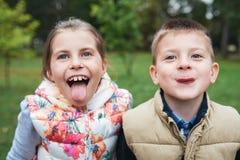 Fabricación de caras divertidas en el parque Fotos de archivo libres de regalías