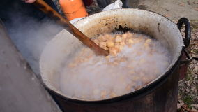 Fabricación de chicharrones de la grasa del cerdo, preparación de los chicharrones del cerdo almacen de metraje de vídeo