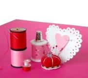 Fabricación de corazones de la tarjeta del día de San Valentín Fotos de archivo libres de regalías