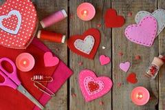 Fabricación de corazones rosados y rojos del fieltro con sus propias manos Fondo del día del ` s de la tarjeta del día de San Val Fotos de archivo
