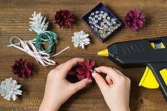 Fabricación de decoraciones de la Navidad de conos del pino Paso 5 Imágenes de archivo libres de regalías