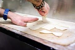 Fabricación de frita del torta de la pasta de pan Imágenes de archivo libres de regalías
