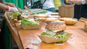 Fabricación de hamburguesas Imagenes de archivo