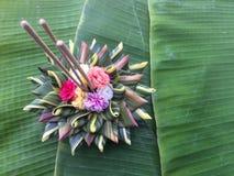 Fabricación de Krathong de los materiales naturales para Loy Kratong Festival fotografía de archivo