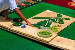 Fabricación de la alfombra de la semana santa del serrín teñido, Antigua, Guatemala Imagen de archivo libre de regalías