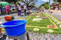 Fabricación de la alfombra santa de jueves, Antigua, Guatemala Foto de archivo