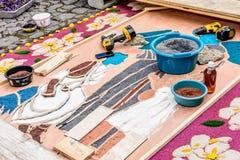 Fabricación de la alfombra santa de la procesión de jueves, Antigua, Guatemala Fotografía de archivo