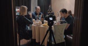 Fabricación de la cantidad de la cena de la Navidad de la familia metrajes
