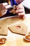 Fabricación de la casa de pan de jengibre Imágenes de archivo libres de regalías