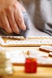 Fabricación de la casa de pan de jengibre Fotos de archivo libres de regalías