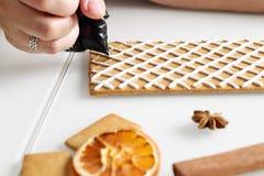 Fabricación de la casa de pan de jengibre Fotografía de archivo