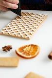 Fabricación de la casa de pan de jengibre Fotografía de archivo libre de regalías