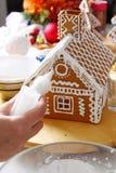 Fabricación de la casa de pan de jengibre Imagenes de archivo