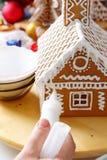 Fabricación de la casa de pan de jengibre Foto de archivo libre de regalías