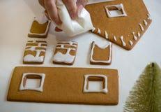 Fabricación de la casa de pan de jengibre por la Navidad o el Año Nuevo imagenes de archivo