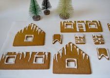 Fabricación de la casa de pan de jengibre por la Navidad o el Año Nuevo imagen de archivo libre de regalías