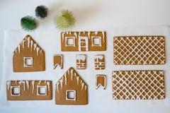 Fabricación de la casa de pan de jengibre por la Navidad o el Año Nuevo imagen de archivo