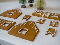 Fabricación de la casa de pan de jengibre por la Navidad o el Año Nuevo fotografía de archivo
