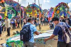 Fabricación de la cometa, festival gigante de la cometa, el Día de Todos los Santos, Guatemala foto de archivo libre de regalías