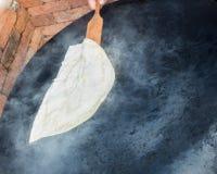 Fabricación de la crepe turca tradicional del gozleme Imagenes de archivo