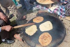 Fabricación de la crepe turca tradicional del gozleme Imagen de archivo
