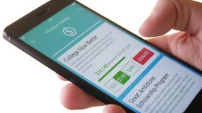 Fabricación de la donación de la caridad a la organización educativa usando Smartphone App almacen de metraje de vídeo