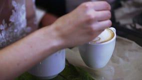 Fabricación de la educación del barista del café almacen de metraje de vídeo