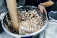 Fabricación de la ensalada de atún Fotografía de archivo