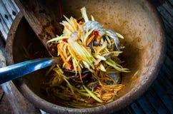 Fabricación de la ensalada de la papaya foto de archivo
