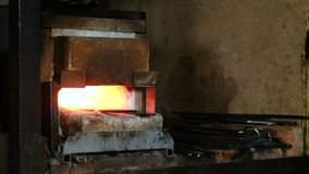 Fabricación de la espada fuera del metal en la fragua Billetes de fundición en el horno almacen de video