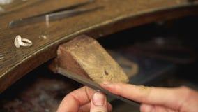 Fabricación de la forma del accesorio usando el papel de lija en el lugar de trabajo metrajes
