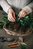 Fabricación de la guirnalda de la Navidad Foto de archivo