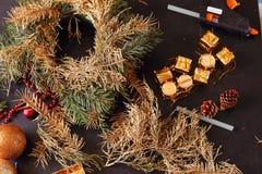 Fabricación de la guirnalda del advenimiento de la Navidad Fotos de archivo