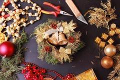 Fabricación de la guirnalda del advenimiento de la Navidad Imagen de archivo