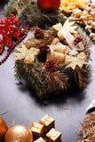Fabricación de la guirnalda del advenimiento de la Navidad Fotografía de archivo