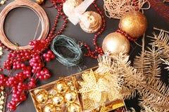 Fabricación de la guirnalda del advenimiento de la Navidad Foto de archivo