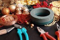 Fabricación de la guirnalda del advenimiento de la Navidad Foto de archivo libre de regalías