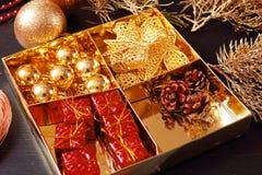 Fabricación de la guirnalda del advenimiento de la Navidad Imágenes de archivo libres de regalías