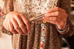 Fabricación de la joyería del botón Imagenes de archivo