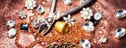 Fabricación de la joyería hecha a mano Foto de archivo libre de regalías