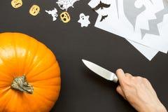 Fabricación de la linterna de Jack O para Halloween Fotos de archivo
