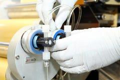 Fabricación de la máquina de cápsulas de gelatina Validación del hombre de la máquina Producción de cápsulas para las tabletas Imagen de archivo libre de regalías