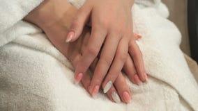 Fabricación de la manicura profesional en salón de belleza metrajes