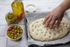 Fabricación de la pasta de pan del focaccia Fotos de archivo libres de regalías