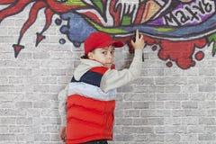 Fabricación de la pintada en una pared de ladrillo Imagen de archivo