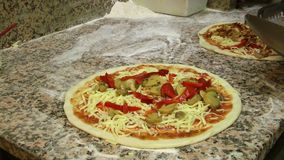 Fabricación de la pizza almacen de metraje de vídeo