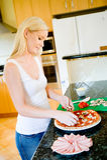 Fabricación de la pizza Fotografía de archivo