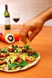 Fabricación de la pizza a casa hecha Fotografía de archivo