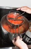 Fabricación de la salsa de tomate hecha en casa Foto de archivo libre de regalías